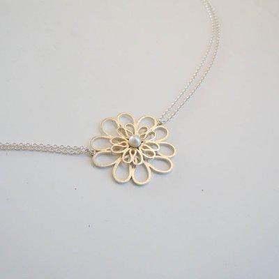 Zilveren collier met dubbele bloem en zoetwaterparel