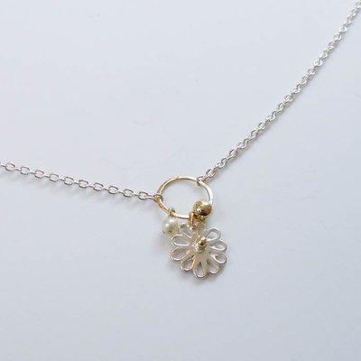Zilveren collier met gouden oogje en bloemhangertje