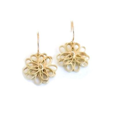 14 karaat luxe geel gouden oorhangers met een dubbele bloem